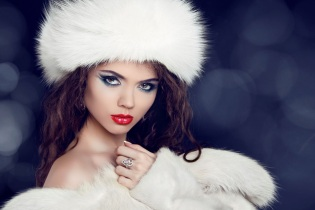 victorias - woman in in fur hat - 123rf